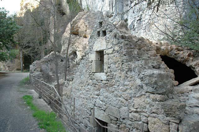 les maisons troglodytes du cirque des Baumes dans les gorges du Tarn